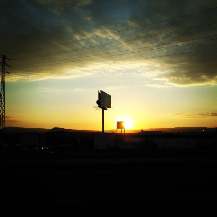 Crepuscle. Posta de sol des del Pla de Bages, als voltants de Manresa. Com podem observar, el sol se'n va a dormir i s'amaga sota les muntanyes, i un cel amb núvols densos ens deixa aquesta bonica imatge.
