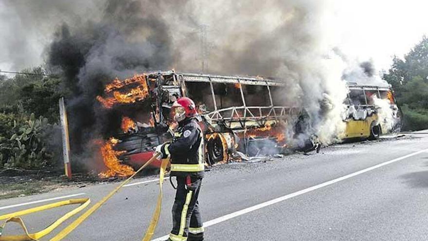 Überlandbus zwischen Campos und Colònia de Sant Jordi ausgebrannt