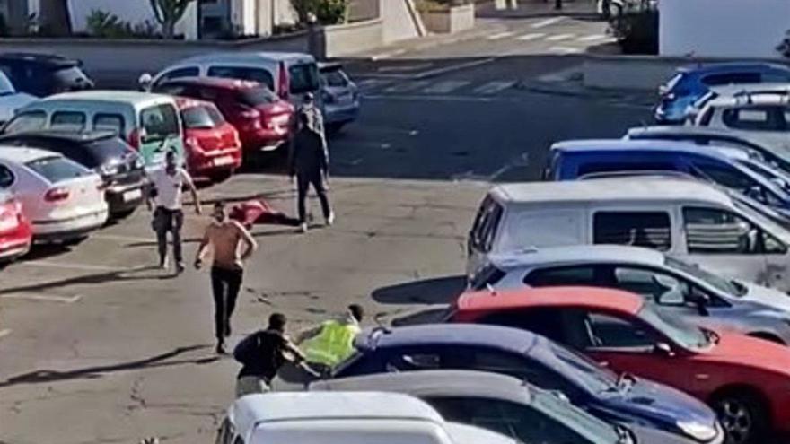 Momento en el que uno de los agredidos queda tendido en el suelo en la pelea ocurrida ayer en San Fernando.     LP/DLP