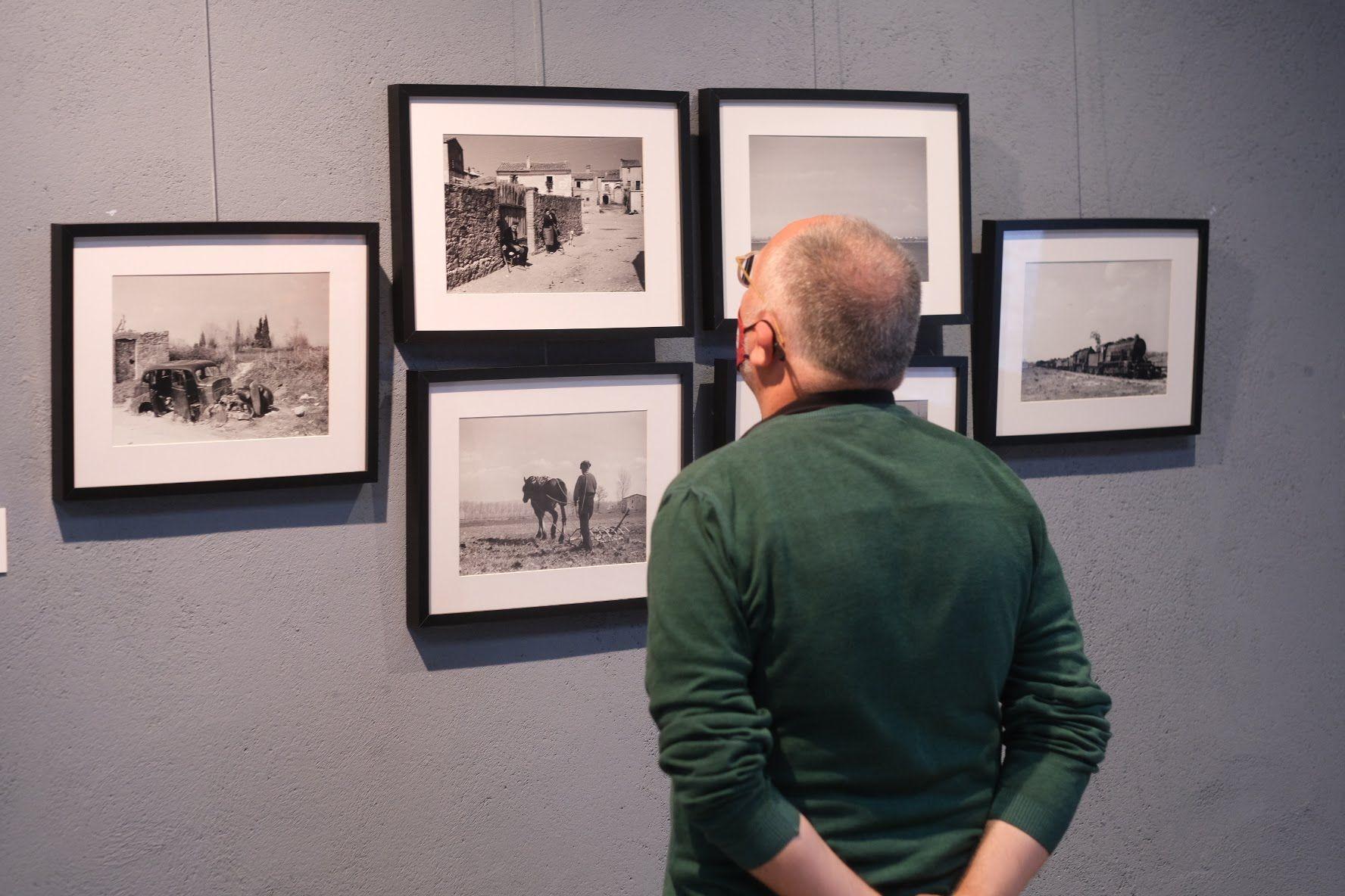 La consellera de justícia, a l'exposició «Antoni Campañà. L'endemà de la Retirada: Portbou, 1939» a La Cate de Figueres