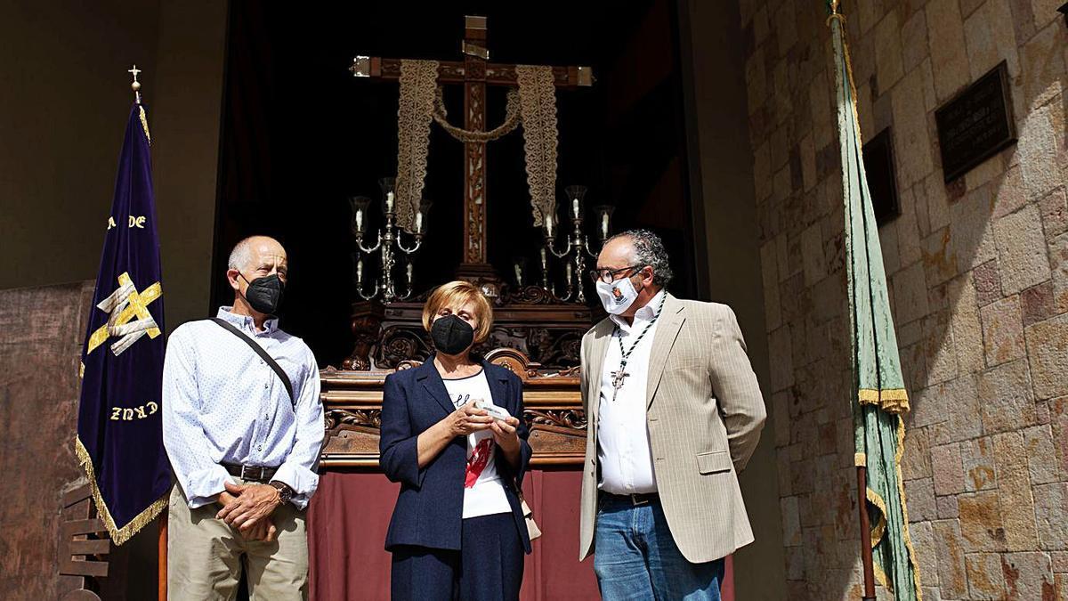 Arriba,Teo Hernando con el matrimonio; a la izquierda, Trini con el obsequio de la Vera Cruz.