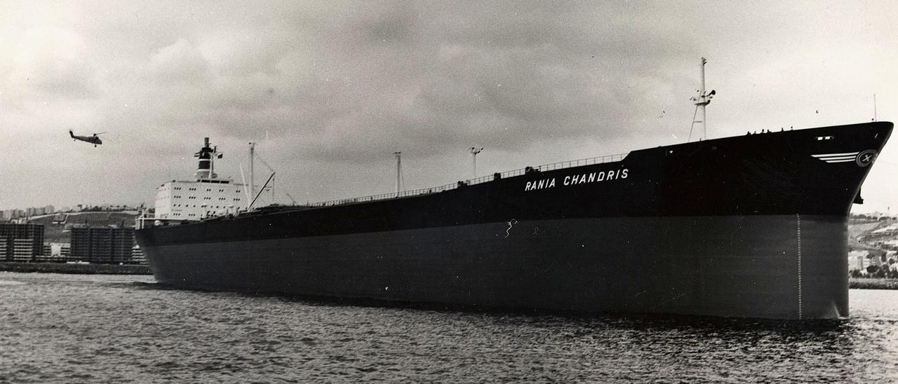 El petrolero 'Rania Chandris' en el Puerto de Las Palmas a comienzos de la década de 1970. | | LP/DLP