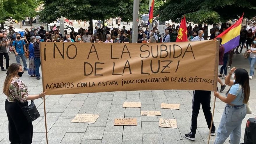 Concentración en Zaragoza por la «tortura» del nuevo recibo de la luz