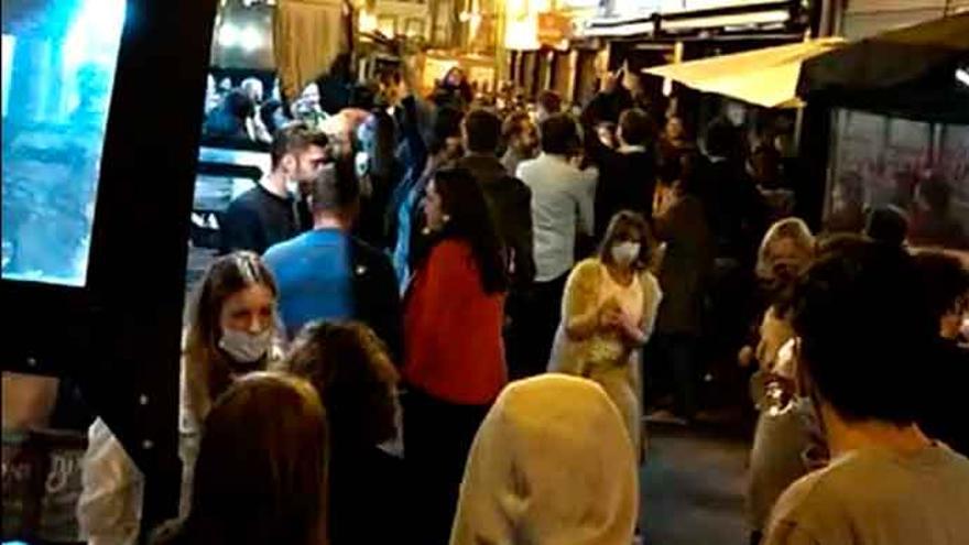 A Coruña se desata con el fin del estado de alarma: los policías, desbordados por las llamadas por botellones, aglomeraciones y peleas