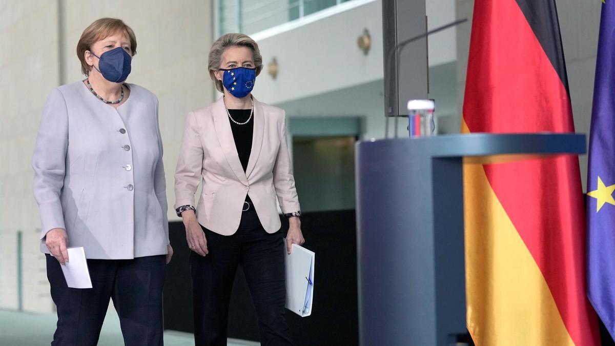 La presidenta de la Comisión Europea, Ursula von der Leyen, junto a la canciller de Alemania, Angela Merkel.