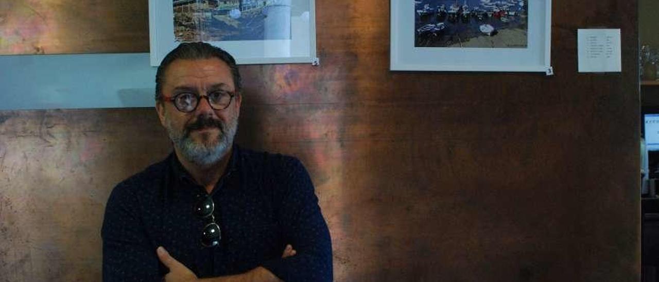 Eduardo Lusarreta, delante de dos de sus creaciones.
