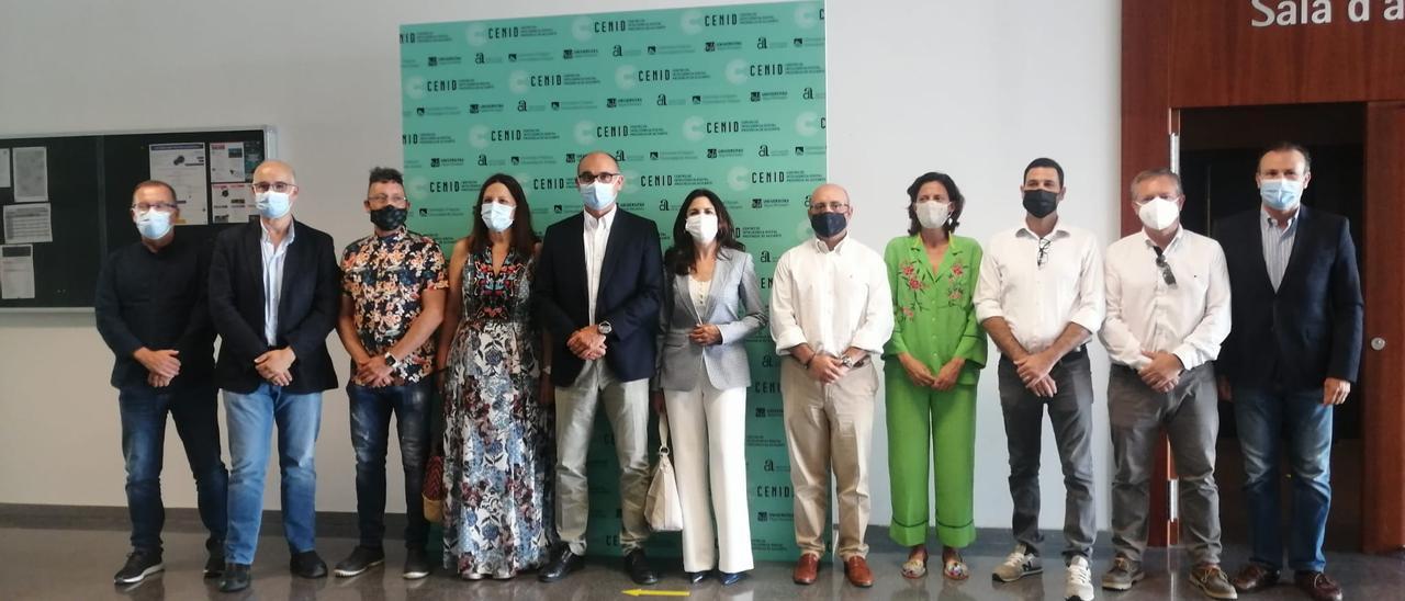 El director del Cenid, Manuel Palomar, en el centro, con el resto de colaboradores en el estudio.