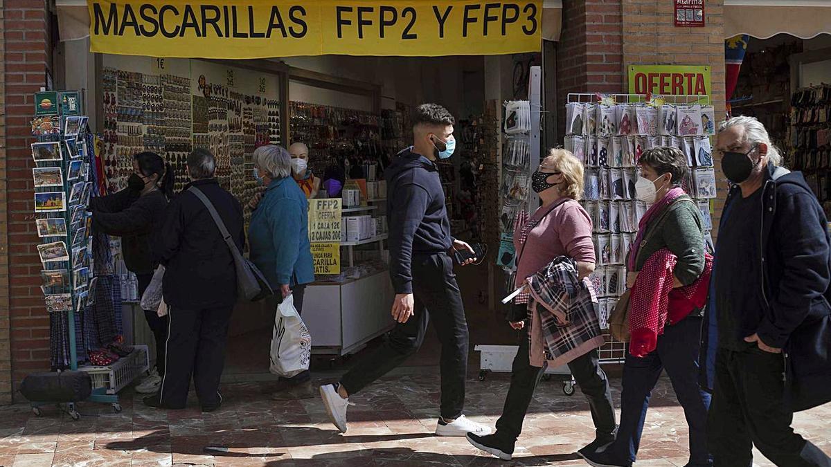 Ciudadanos, ayer, en València, ante una tienda que ofrece mascarillas. | JM LÓPEZ