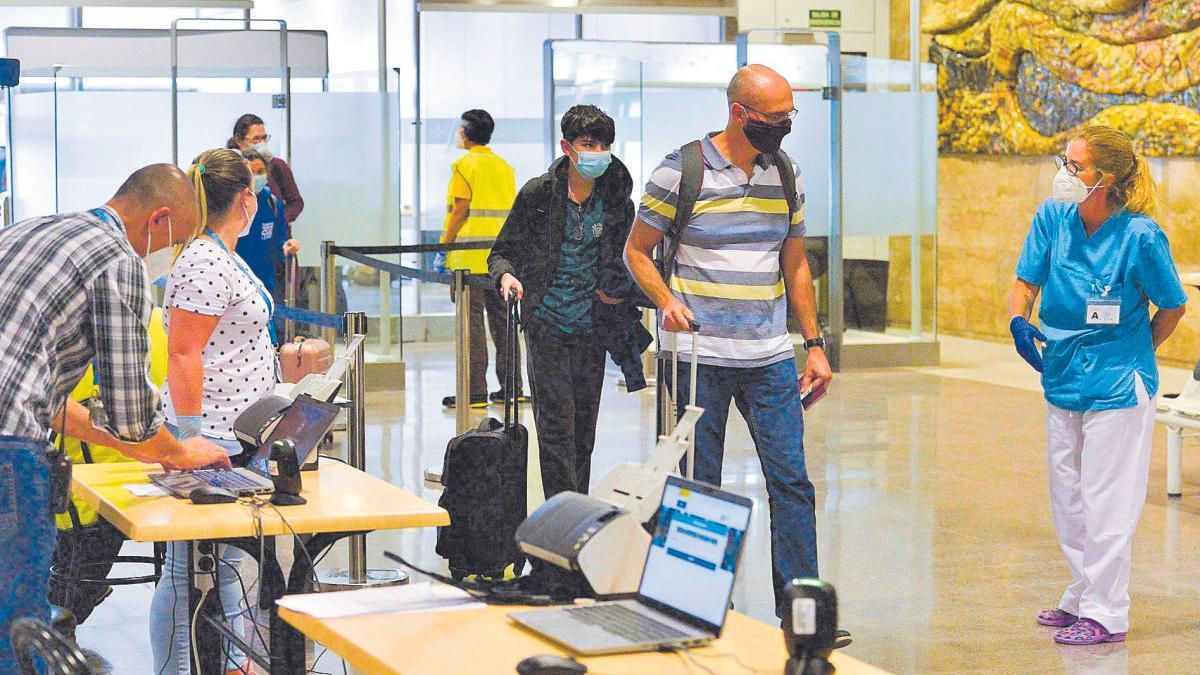 Control de llegadas en el Aeropuerto de Gran Canaria con las nuevas medidas de seguridad por la Covid-19.