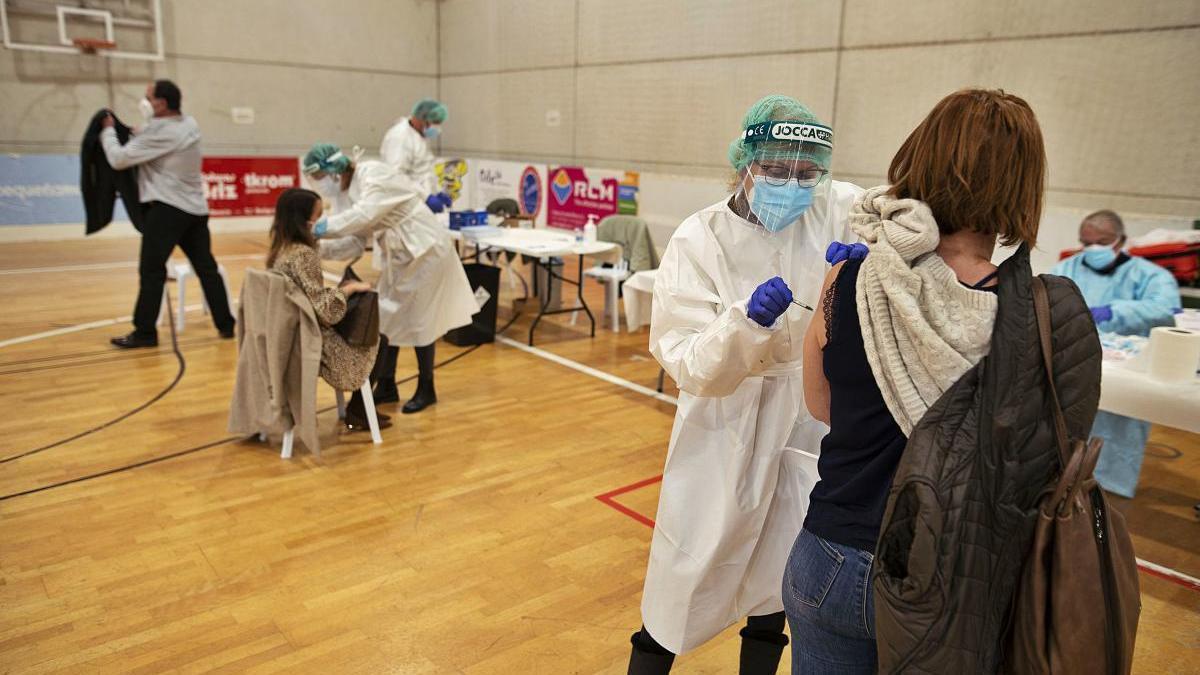 Sanitarios vacunando en el Cabezo Beaza de Cartagena.