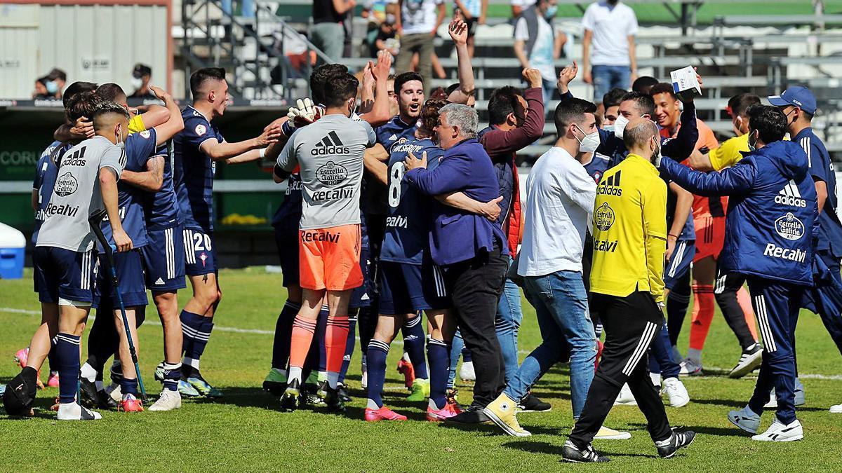 Onésimo, en el centro de la imagen, se abraza a Jordan Holsgrove tras la victoria ante el Coruxo en O Vao.    // MARTA G. BREA