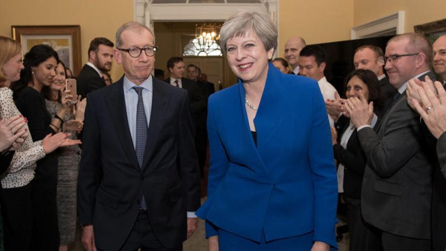 Theresa May llega a un acuerdo con los unionistas para gobernar en minoría