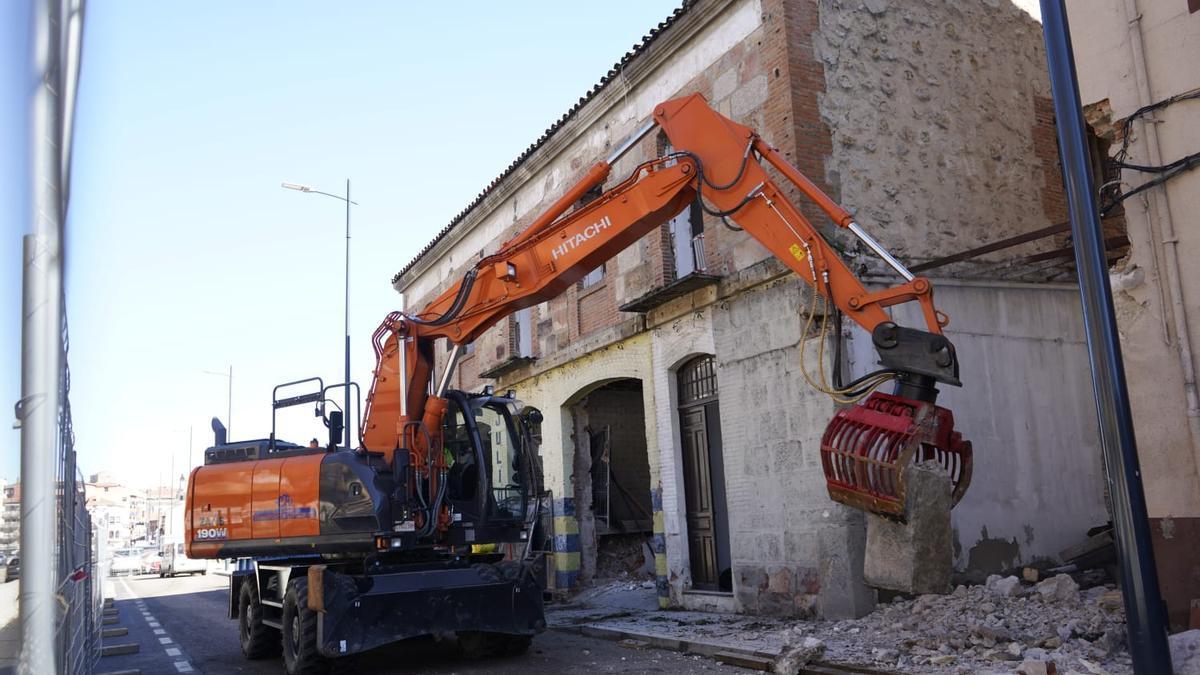 Trabajos de derribo del edificio ubicado en el número 37 de la avenida de La Feria de Zamora capital.