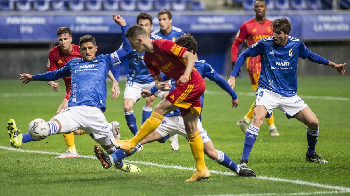 Nieto dispara a puerta en el partido disputado ante el Oviedo en el Tartiere.