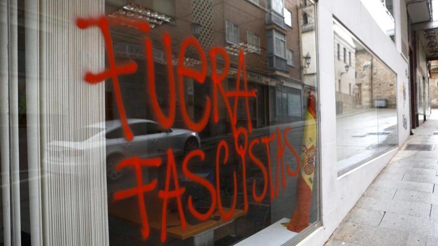 """La sede de Vox en Zamora amanece una pintada sobre su escaparate: """"Fuera fascistas"""""""