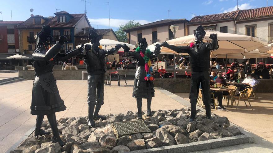 Sorpresa de color en la plaza de Les Campes: llega la moda urbana de cubrir con ganchillo el mobiliario urbano