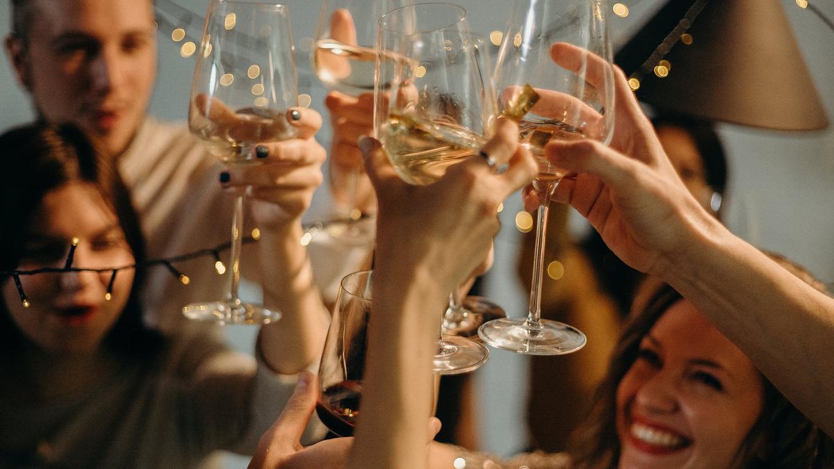 La bebida con alcohol que sí puedes tomar si quieres adelgazar y ayuda a prevenir el cáncer