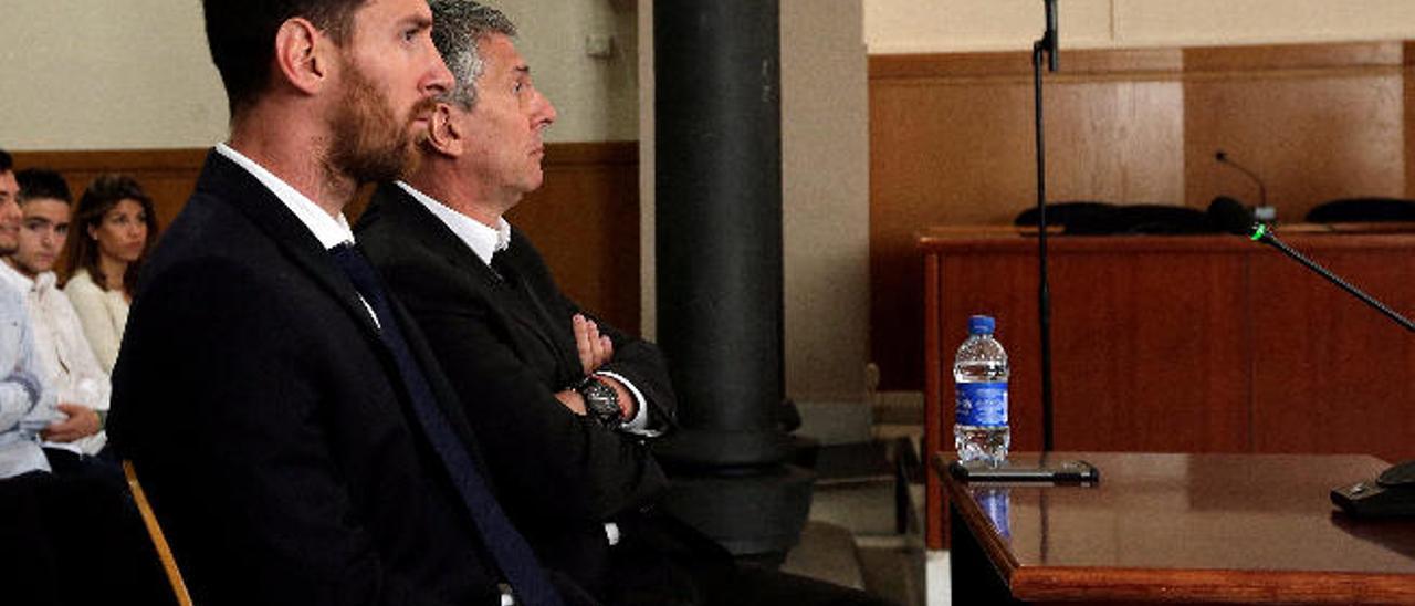 Leo Messi junto a su padre, Horacio, en el banquillo de la Audiencia de Barcelona, acusado de delitos contra la Hacienda Pública.