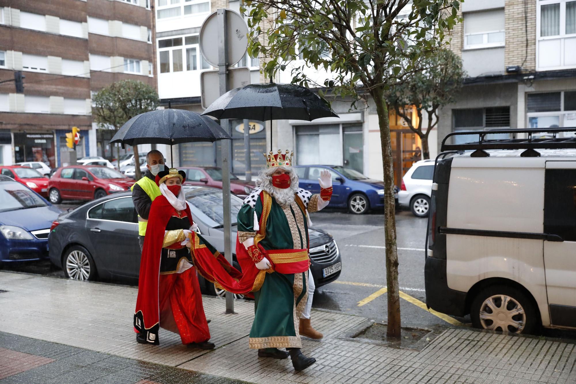 Los niños de El Coto y Ceares reciben la visita los Reyes Magos