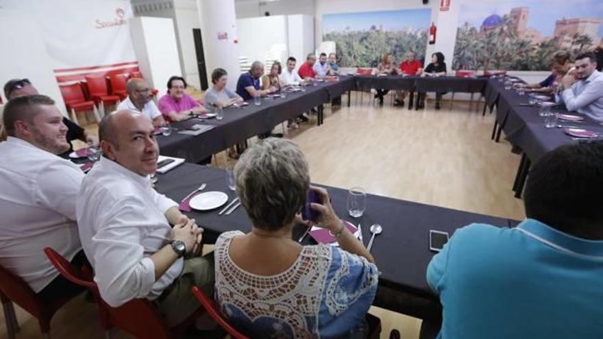 Soler no se arriesga a convocar primarias y el PSOE mercadea los puestos de la lista
