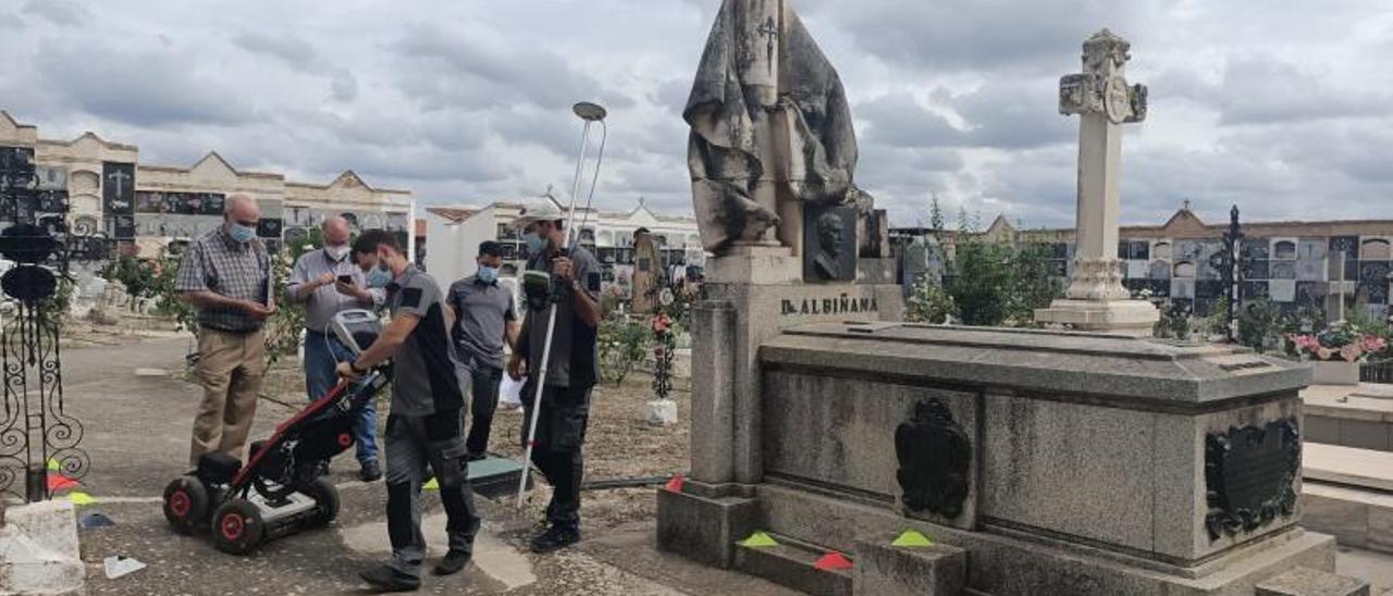 Los técnicos estudian las parcelas adyacentes a la tumba del doctor Albiñana en Enguera.   LEVANTE-EMV