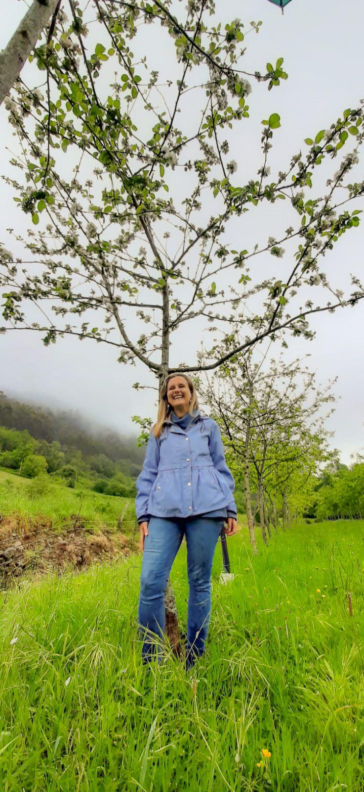 Isabel Rubio embaxo d'ún de los mazanales de la so pumarada, na finca El Ribeiro.