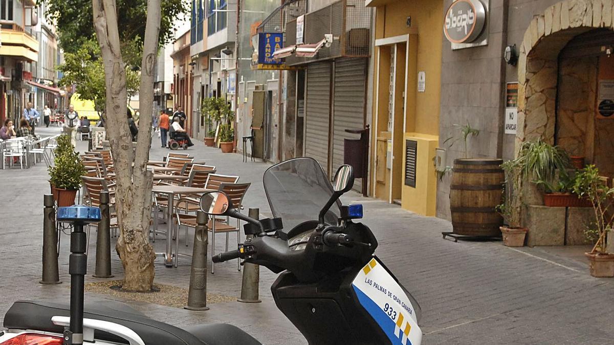 Una moto de la Policía Local en la calle Secretario Artiles.     LP/DLP