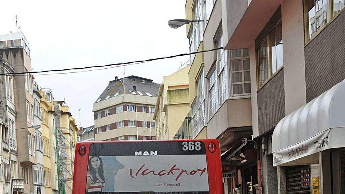Un autobús, por el desaparecido carril bus de San Andrés.
