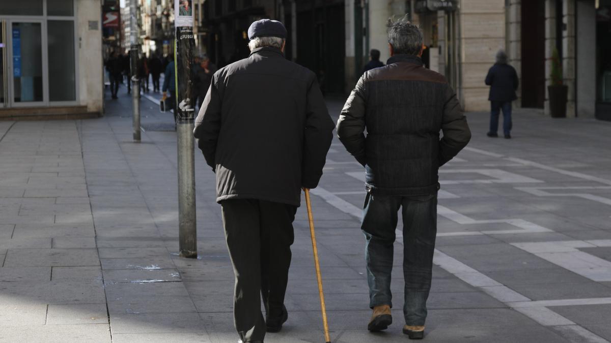 Jubilados paseando por Zamora.