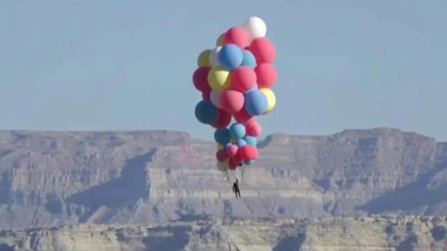 David Blaine sobrevuela el desierto de Arizona agarrado a globos de colores