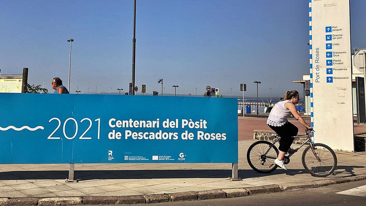 A l'entrada del port de Roses, una gran pancarta anuncia que és l'any del centenari del Pòsit | MAIRENA RIVAS