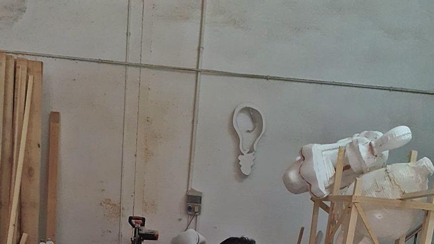 Alzira encarga esculturas a artistas falleros para aliviar  el parón que causa la covid