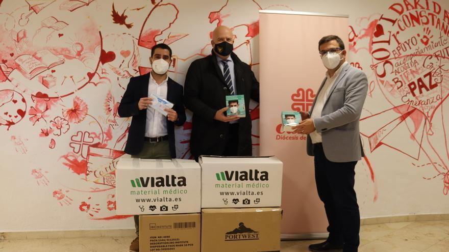 El UCAM Murcia CF dona 5.000 mascarillas a Cáritas
