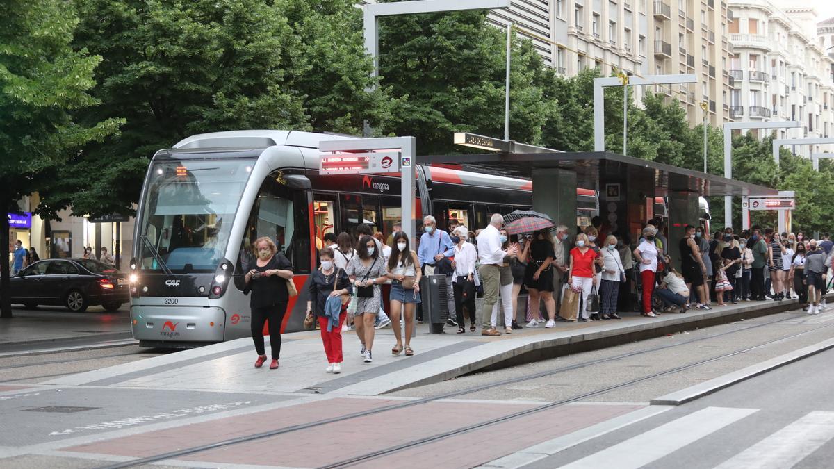Varios usuarios del tranvía en la parada de plaza España esperando la llegada del convoy.