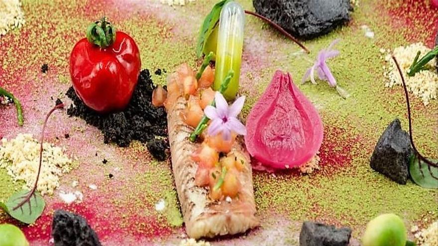 Una sugerente anguila en escabeche de té matcha y aroma de rosas con foie