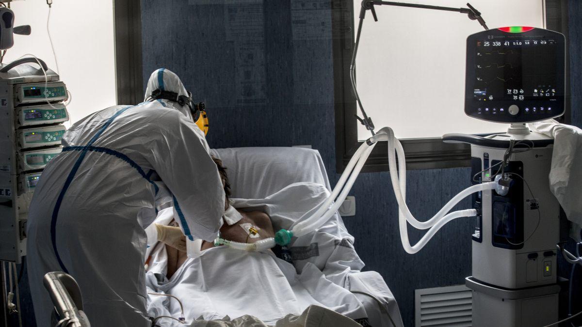 Asistencia a un paciente con coronavirus en la UCI del Hospital de Sant Joan.