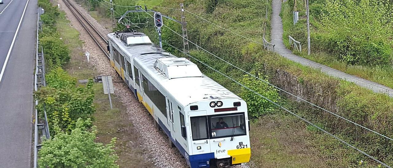 El tren circula a la altura de Carrocera. | L. M. D.