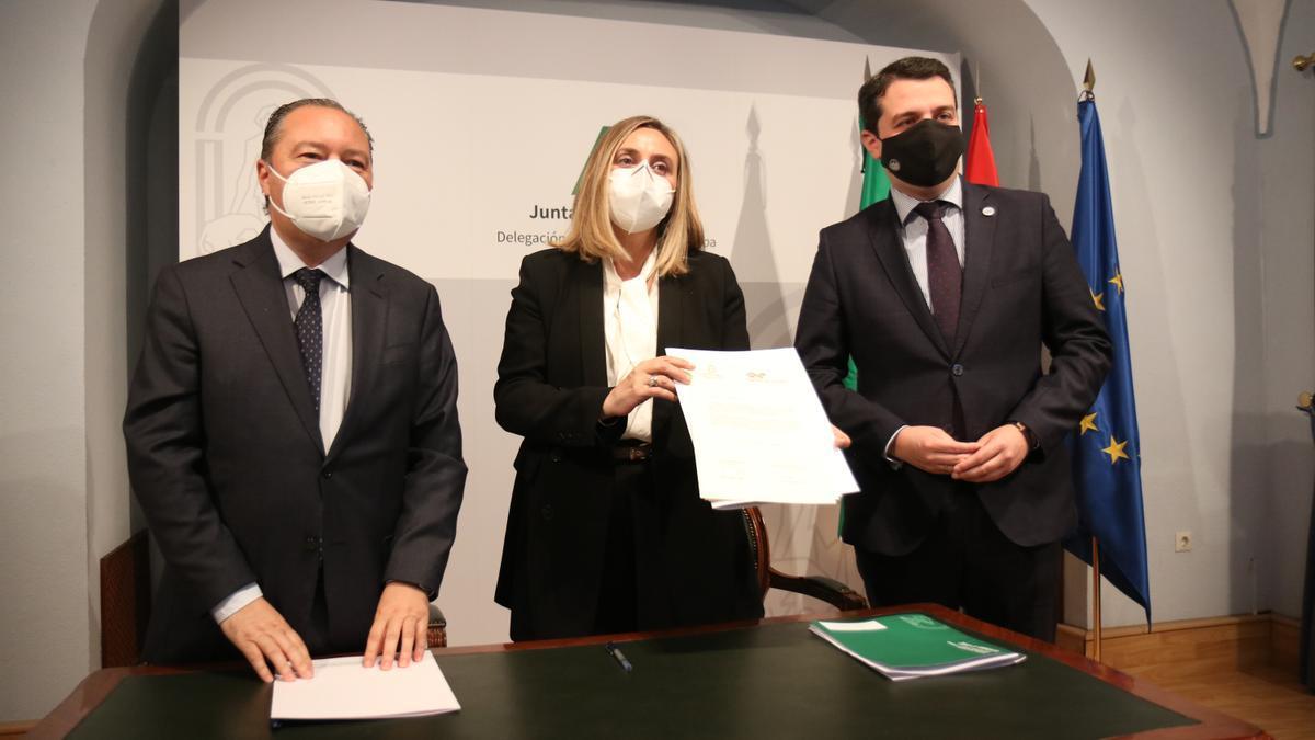 Firma del convenio para la construcción de VPO en suelo público. En la imagen, el promotor de Grupo Zahira, la consejera Marifrán Carazo y el alcalde José María Bellido.