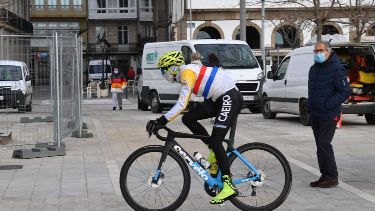Un ciclista, con mascarilla, en el centro de A Coruña.