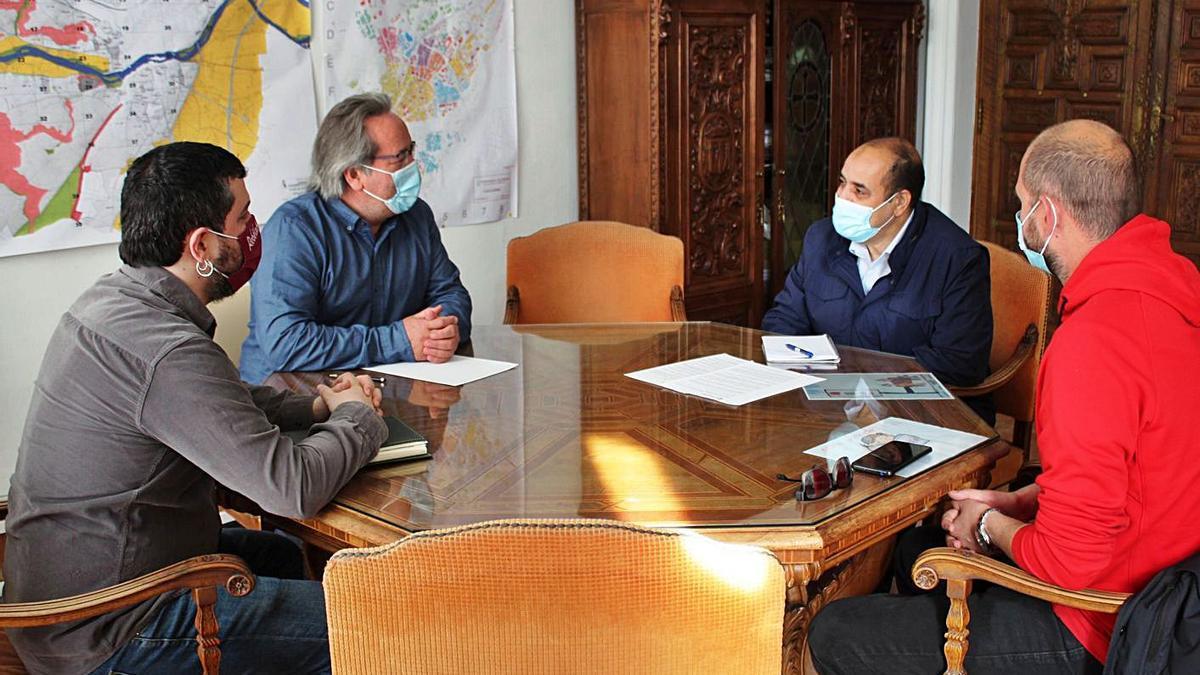 El delegado saharaui en Castilla y León, Mohamed Labat, reunido con Francisco Guarido.