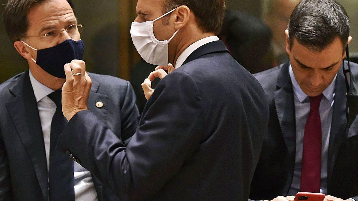 Rutte habla con Macron, el lunes por la noche, mientras Sánchez consulta su móvil.