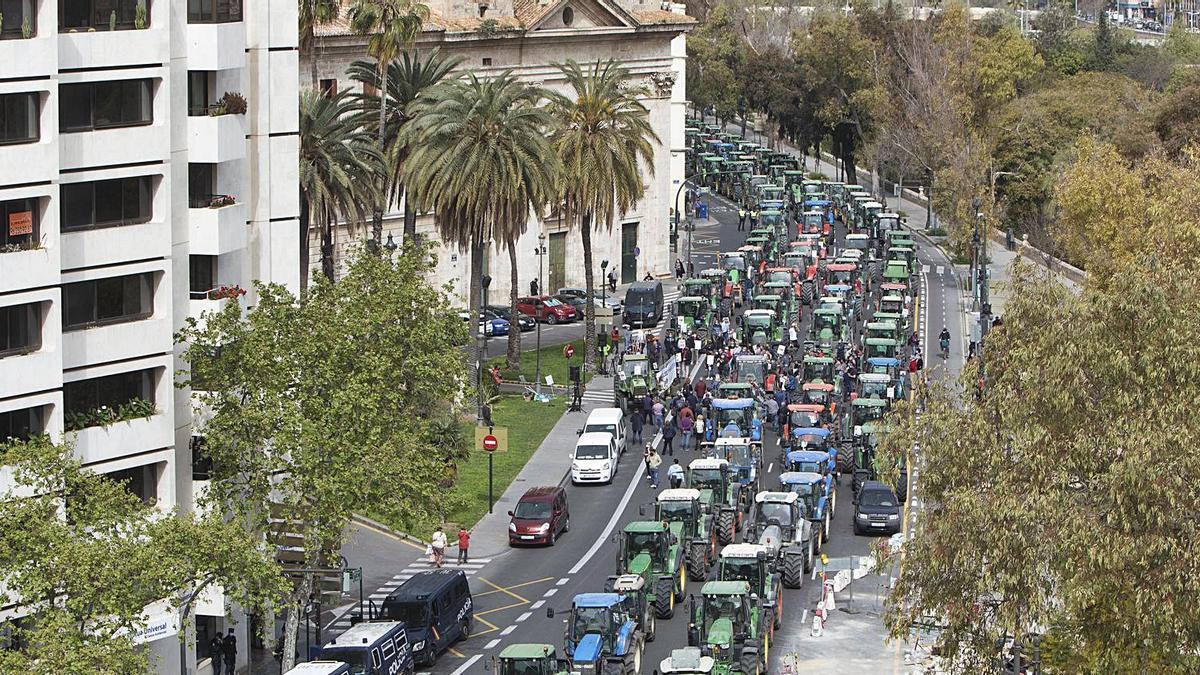 Un momento de la concentración de tractores, ayer, frente a la Delegación del Gobierno. | DANIEL TORTAJADA