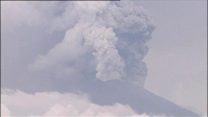 El aeropuerto de Bali seguirá cerrado por la erupción del volcán Agung