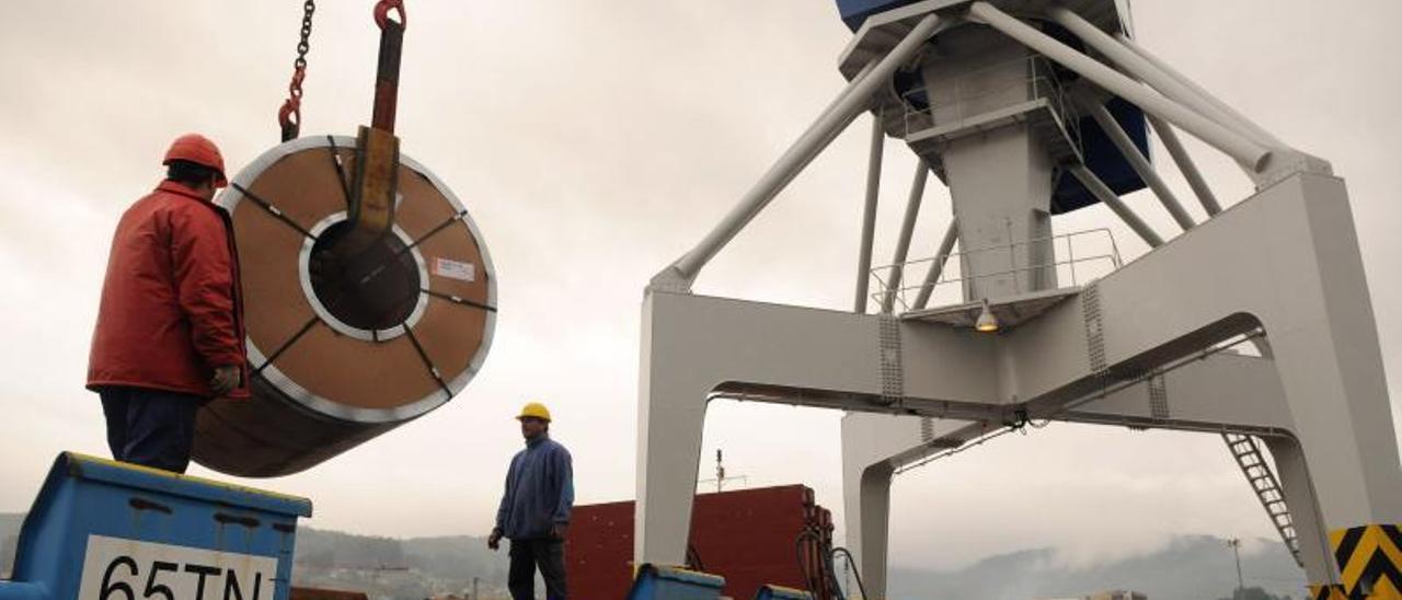 Descarga de una bobina de acero  en el puerto de Vigo. | FDV