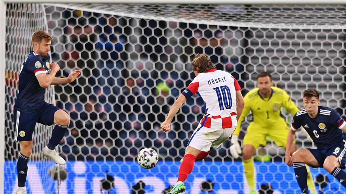 Modric remata con el exterior para anotar el segundo gol de Croacia ante Escocia.    // EFE