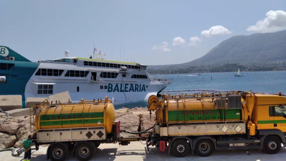 La naviera extrae el combustible del ferri.