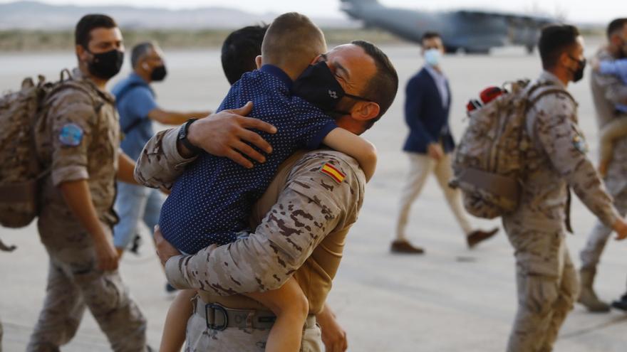 Cálido recibimiento al Ejército en Zaragoza a su llegada de Afganistán