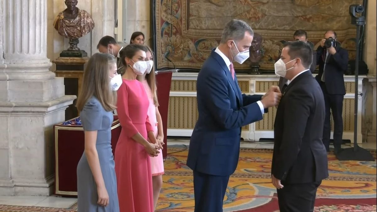 Miguel Herrera recibe la Orden del Mérito Civil de manos del Rey.