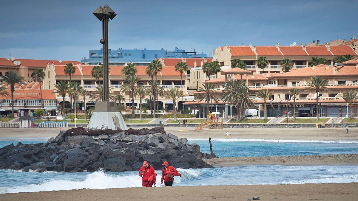 Dos socorristas recorren el pasado mes la Playa de Las Vistas, en Los Cristianos. | | CARSTEN W. LAURITSEN