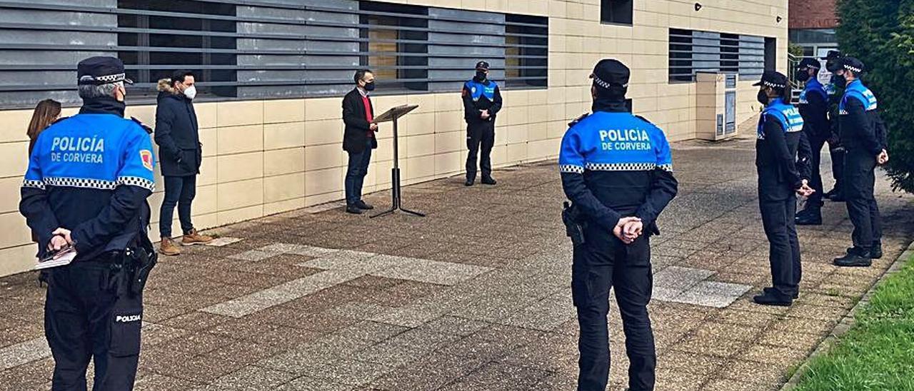 Iván Fernández, en el atril, saluda a los agentes incorporados la semana pasada a la plantilla de la Policía Local de Corvera.